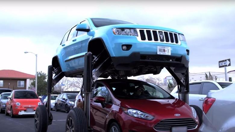 Keren, Jeep Modifikasi Ini Bisa Kangkangi Mobil Lain