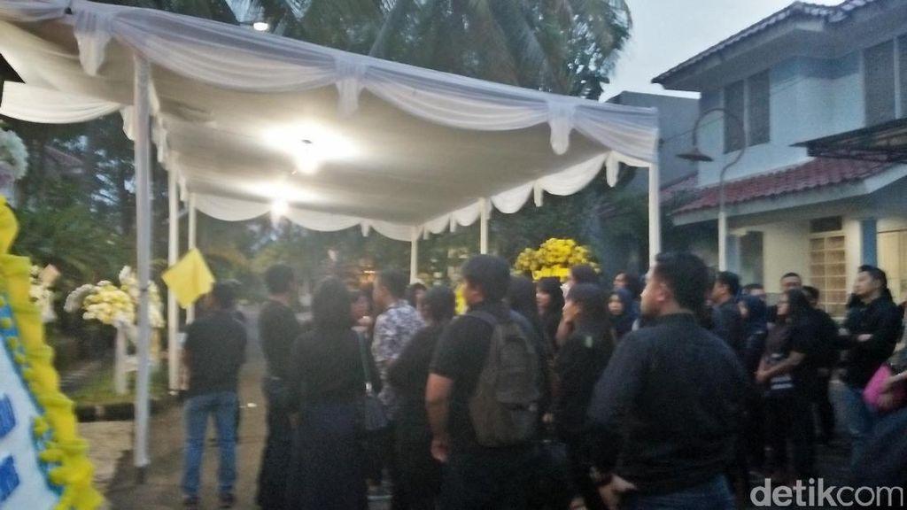 Keluarga Manajer JKT48 Adakan Misa di Kediamannya