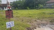 Protes Jalan Rusak di Serang, Warga Pasang Boneka sedang Memancing