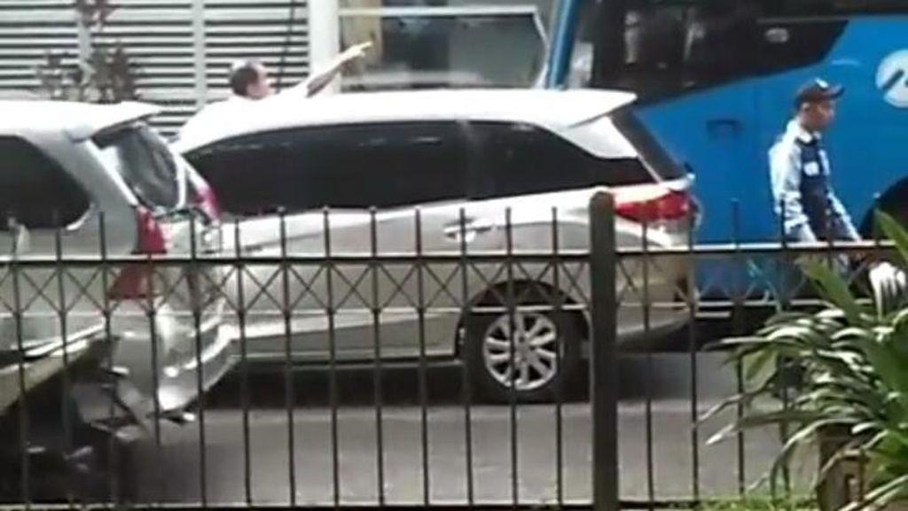 TransJ Dalami Kasus Pria yang Patahkan Spion Bus di Halte BNN