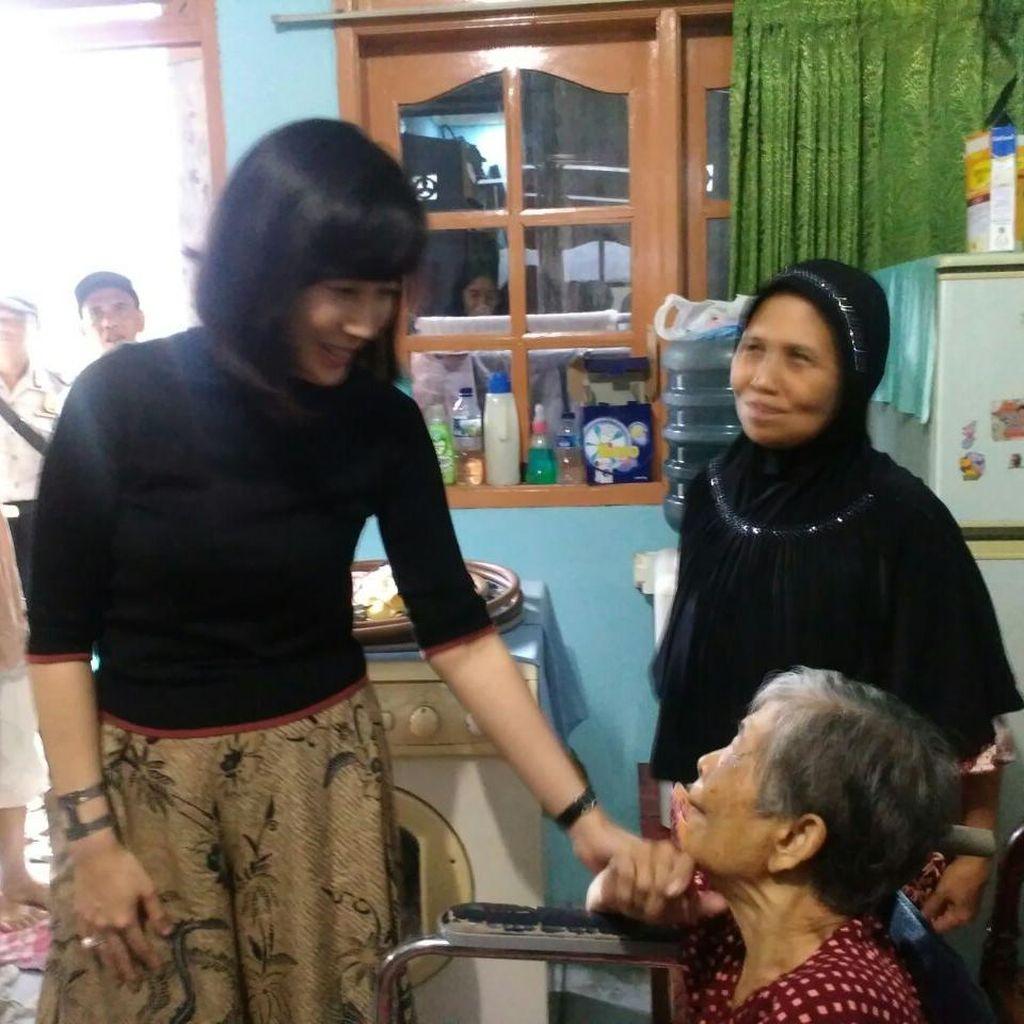 Jenguk Lansia Sakit di Kemayoran, Veronica Cek Program Ahok