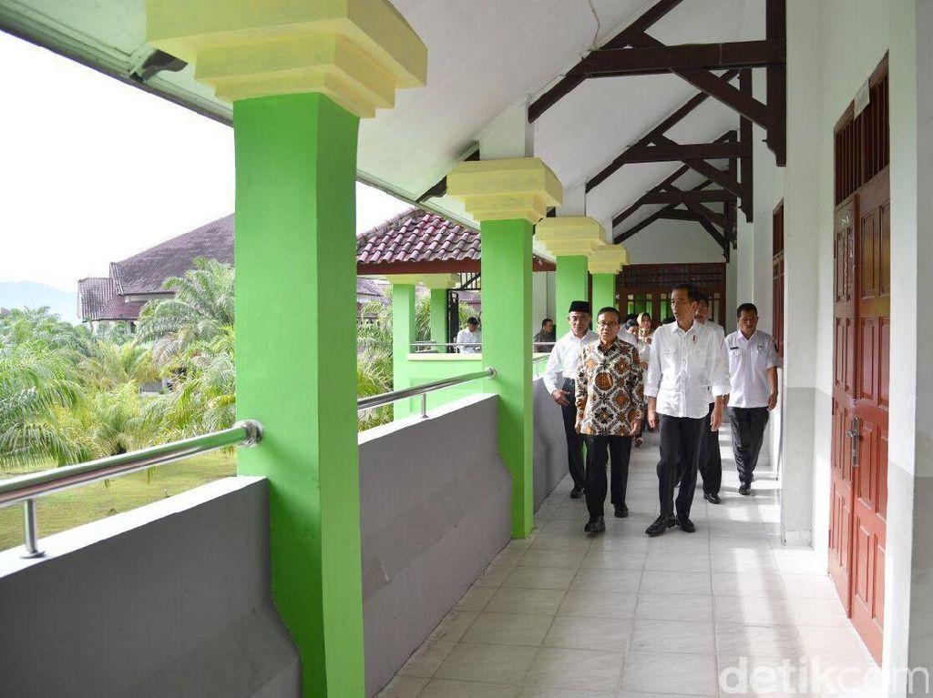Ditemani Akbar Tanjung, Jokowi Tinjau SMA di Tapanuli Tengah