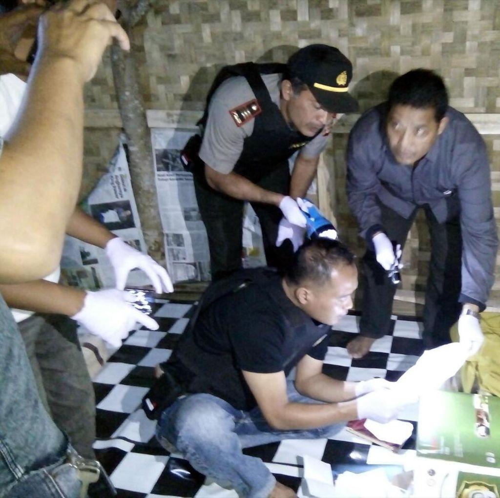 Rumah Terduga Teroris Digeledah, Istri NK Diperiksa Polisi