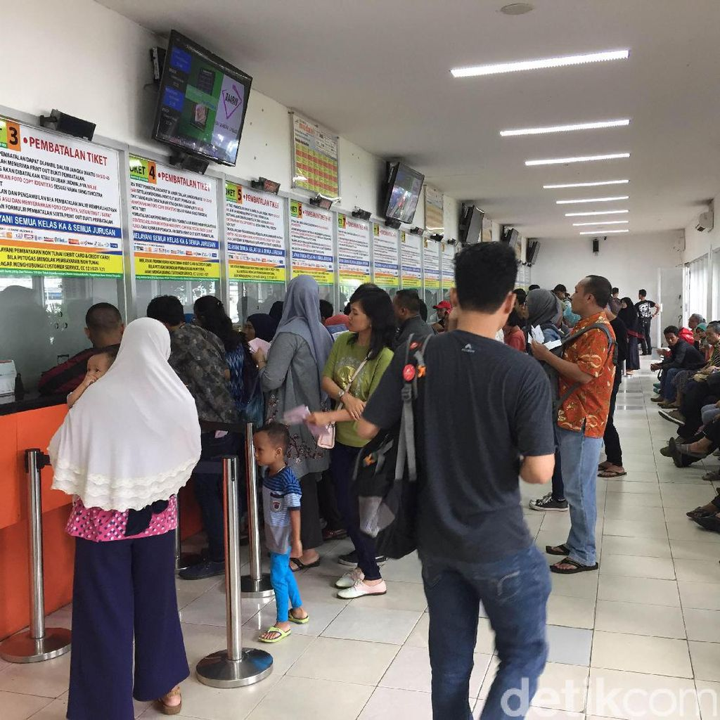 Gagal Dapat Tiket Mudik H-3 Online, Penumpang Datangi Stasiun Senen