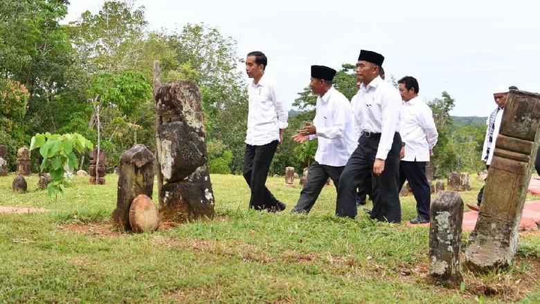 Makam Mahligai Barus Bukti Hubungan - Jakarta Presiden Joko Widodo bersama Ibu Negara Iriana Joko Widodo mengunjungi kawasan objek wisata religi Pemakaman Mahligai di