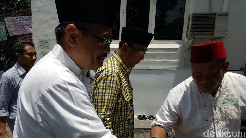 Salat Jumat di Masjid Cut Meutia, Djarot Sapa Sekjen Golkar