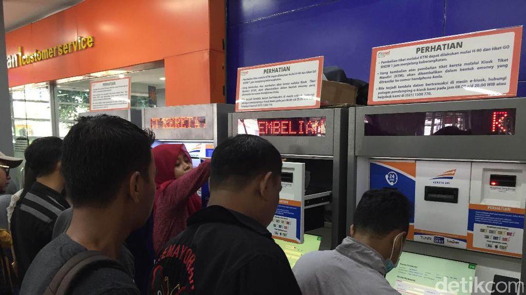 Pengguna Kereta Bertambah, KAI akan Tambah Mesin Penjualan Tiket