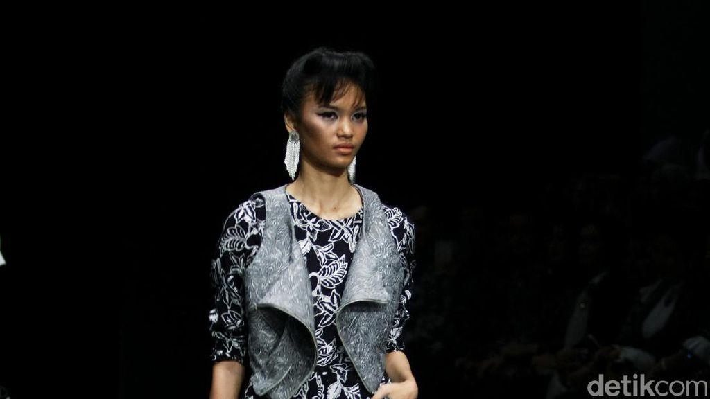 Barli Asmara Tampilkan Batik Jambi dengan Nuansa Monokrom yang Modern