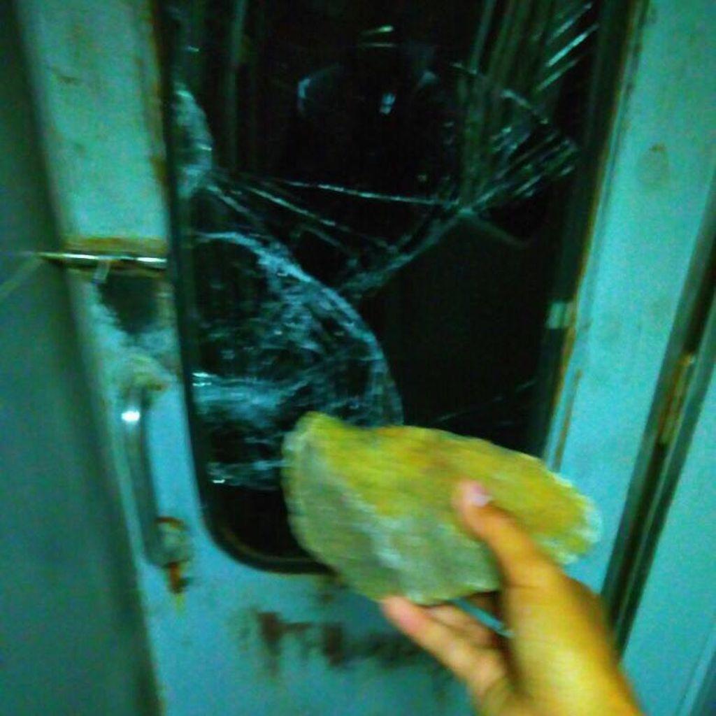 Penampakan Kaca KA Serayu yang Rusak dan Pecah Saat Dilempari Batu