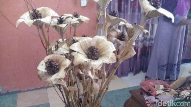 Bikin Bunga Hiasan, Perempuan Aceh Ini Raup Untung Jutaan Rupiah