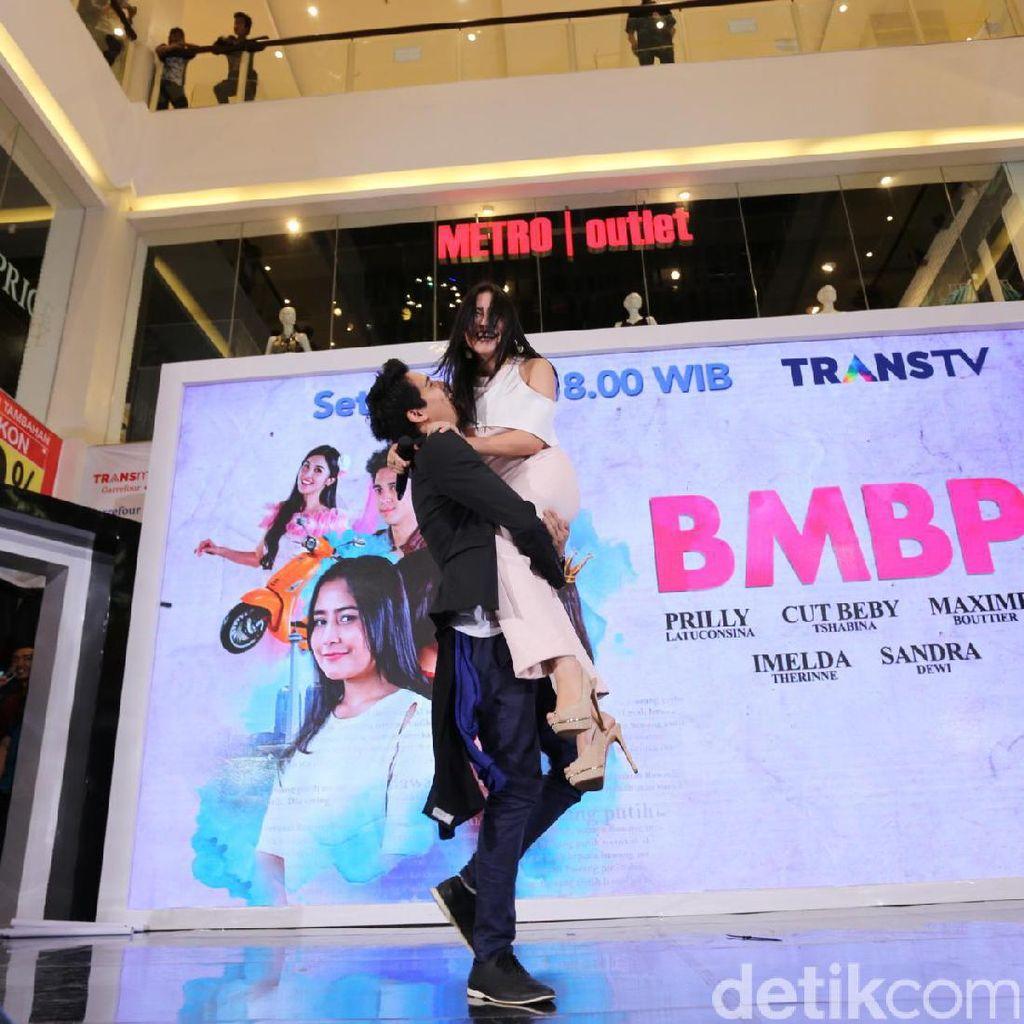 Bikin Iri! Bawakan Lagu BMBP, Prilly Latuconsina Digendong Maxime Bottier