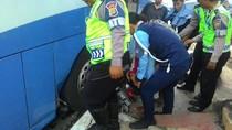Melawan Arus di Kuningan, Pemotor Terjepit Bus TransJ