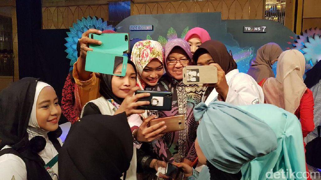 Foto: Risma Diserbu Peserta Sunsilk Hijab Hunt 2017 Surabaya