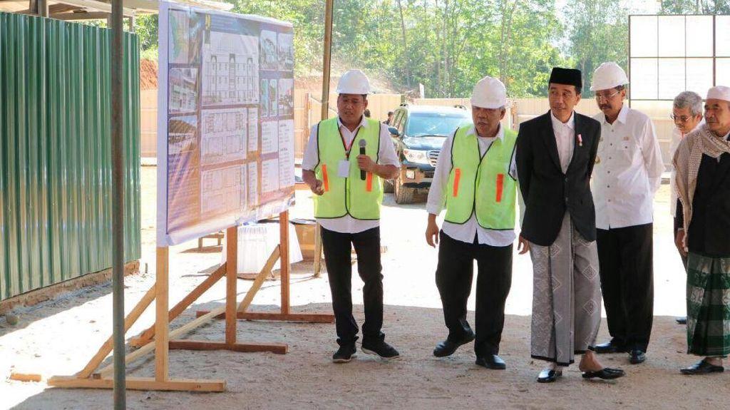 Pakai Peci dan Sarung, Jokowi Groundbreaking Ponpes di Mandailing Natal