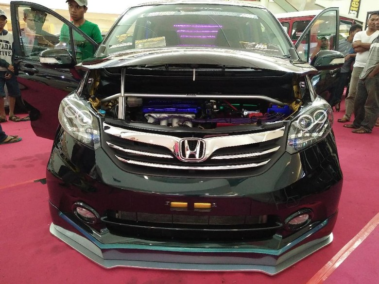 Honda Freed Berbalut Warna Bunglon