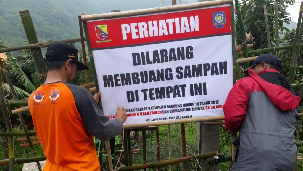 Tumpukan Sampah di Saluran Irigasi di Kabupaten Bandung Diangkut