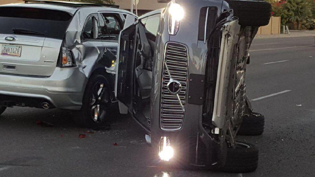 Mobil Otonom Uber Kecelakaan Sampai Terguling