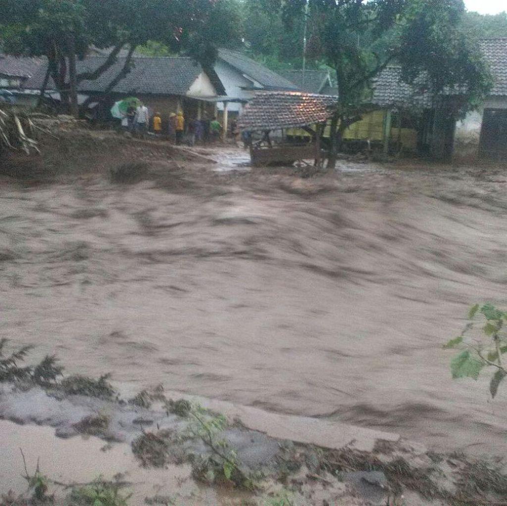 Banjir Bandang Mojokerto Rusak 8 Rumah dan Hanyutkan 4 Kambing