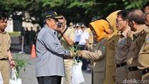 Gubernur Aher Bagikan Ribuan Bibit Cabai ke PNS