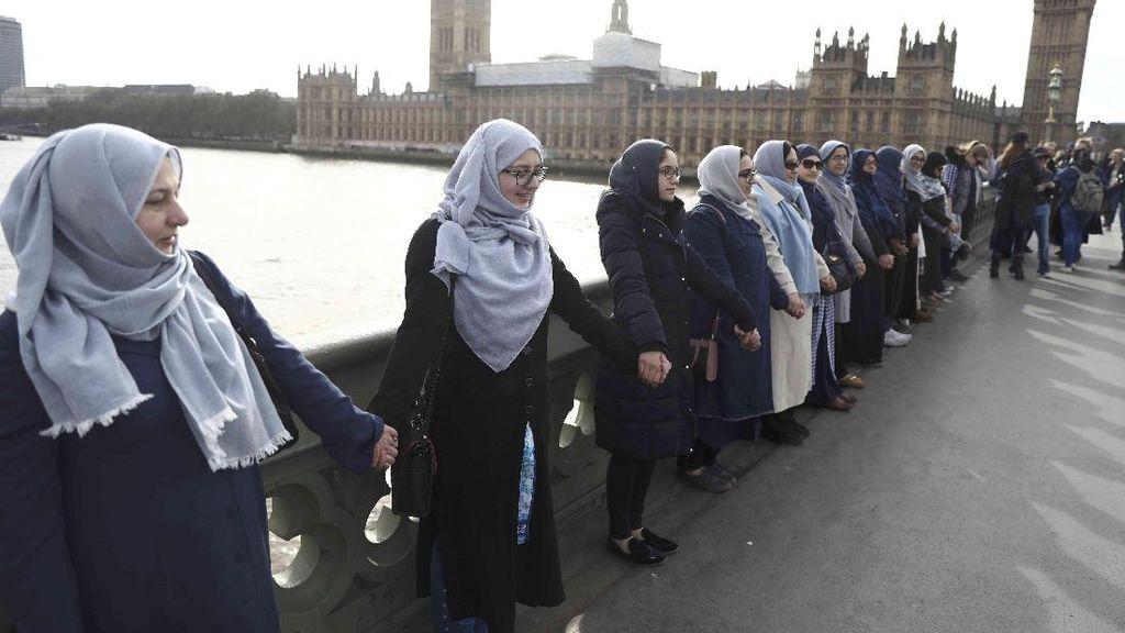 Puluhan Hijabers Bergandeng Tangan di Lokasi Teror London