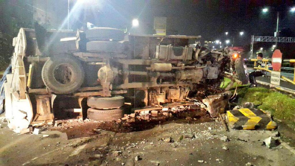 Tabrak Separator Busway di Senayan, Truk Bermuatan Batu Terguling