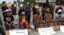 Solidaritas Kendeng, Puluhan Mahasiswa Papua Cor Kaki di Monas