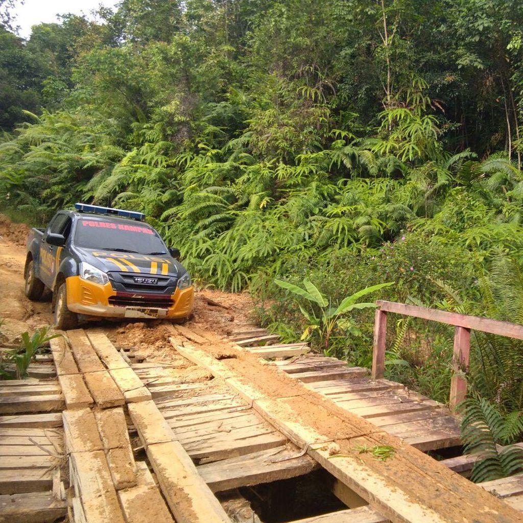 Polisi Kirim Sembako ke Lubuk Bigau yang Terisolir karena Banjir