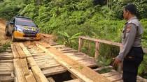 Polisi Kirim Sembako ke Lubuk Bigau yang Terisolasi karena Banjir