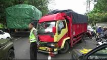 Adu Banteng Truk dan Mobilio di Jalur Pantura Pasuruan, Macet 5 Km