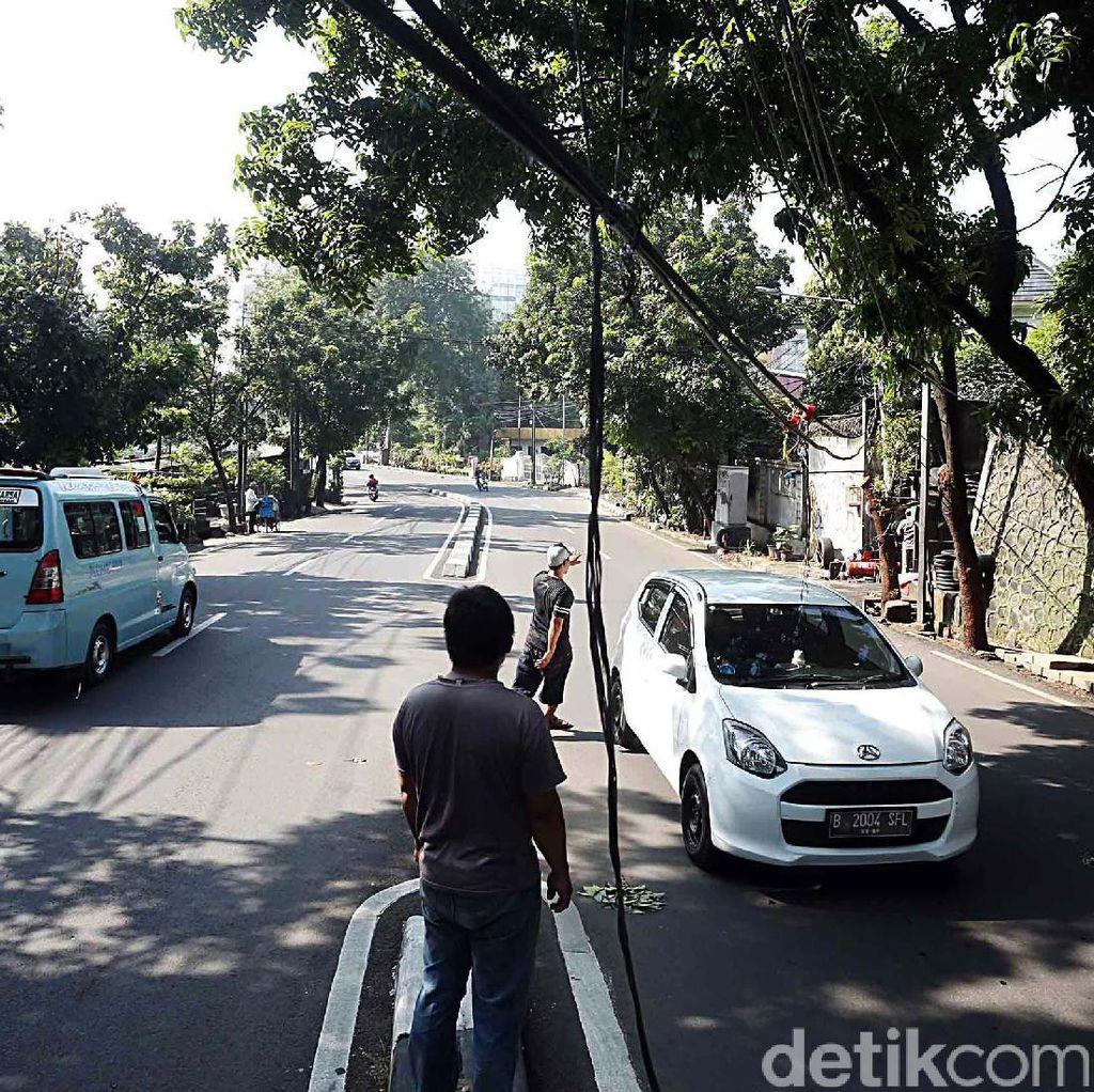 Kabel Melambai ke Jalan, Ancam Pengendara