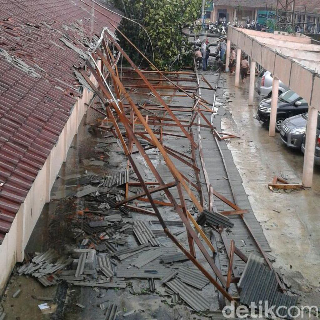 Hujan Angin, Pohon Tumbang dan Atap Sekolah SMAN 1 Majalaya Terbang