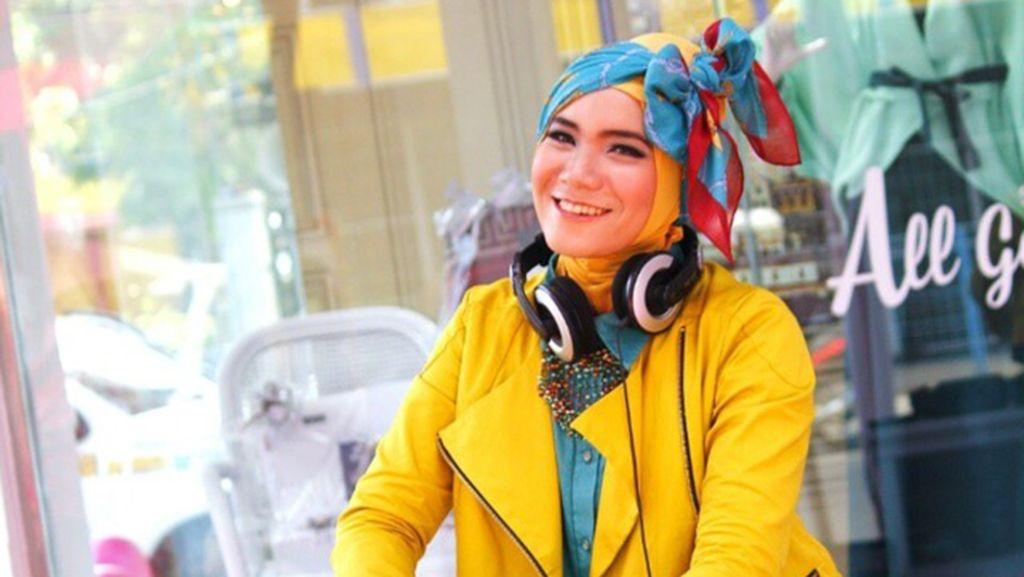 Gaya Eksentrik Satchy, DJ Berhijab Bandung yang Tinggalkan Klub Malam