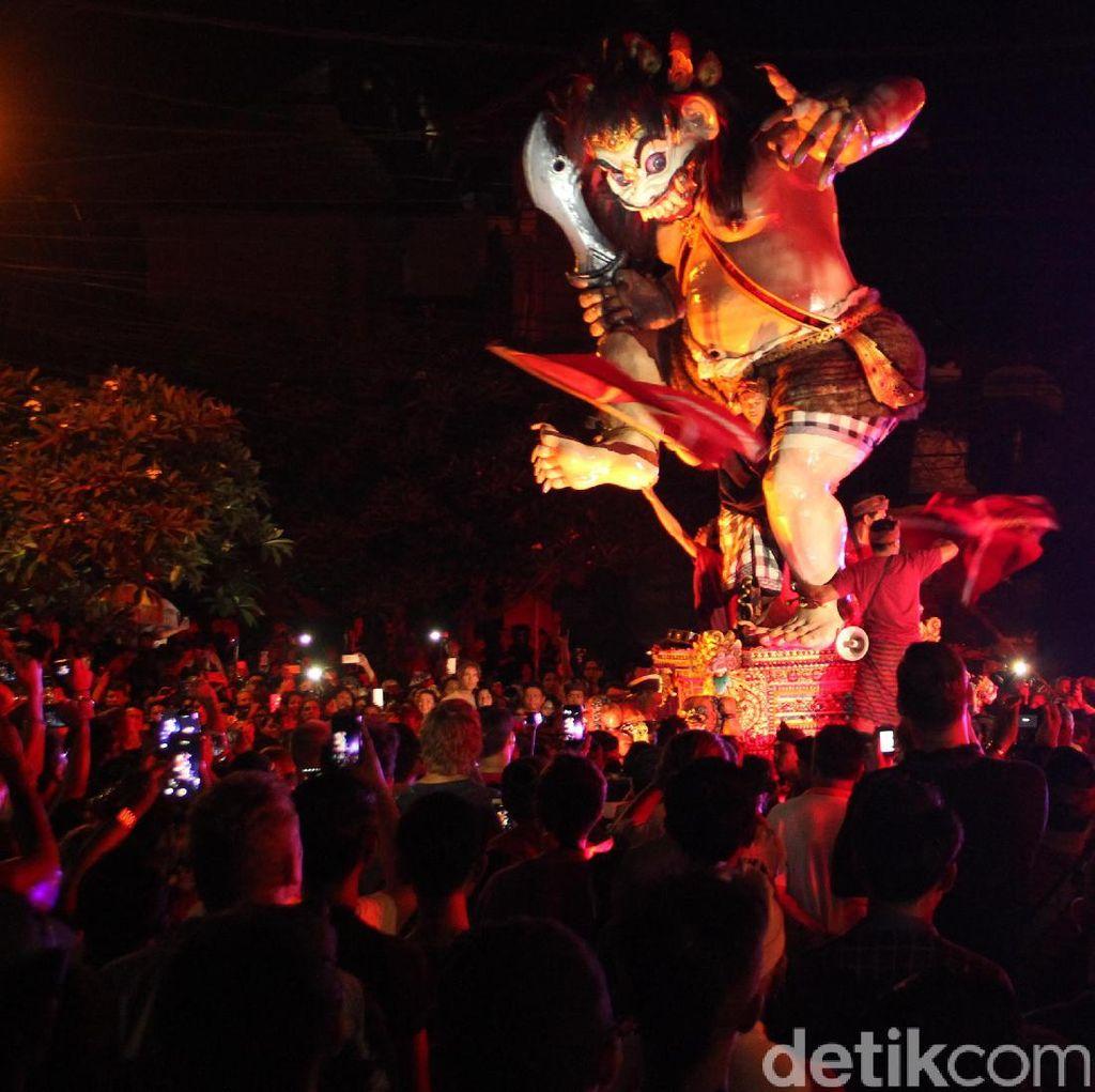 Ribuan Turis Asing dan Domestik Ramaikan Pawai Ogoh-ogoh di Bali