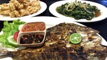 Rumah Makan Pesona: Lembut Gurih Ikan Kuwe Bakar Berbumbu Makassar