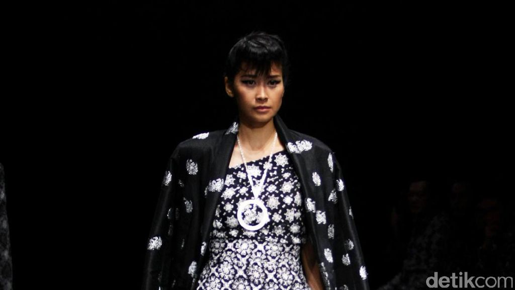 Foto: Koleksi Barli Asmara di Plaza Indonesia Fashion Week 2017