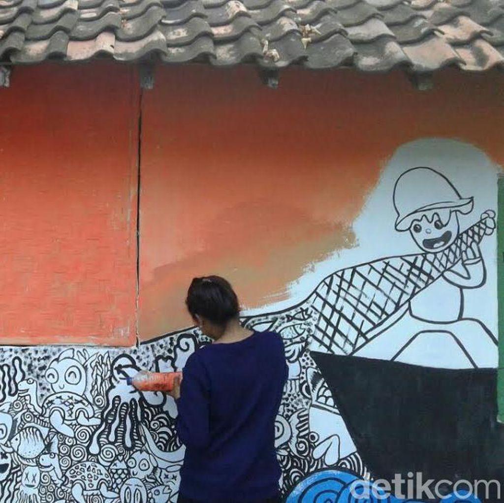 Warga dan Komunitas Mural Percantik Rumah Warga di Pulau Santen