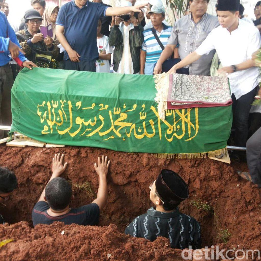 Air Mata Keluarga di Pemakaman Eko DJ