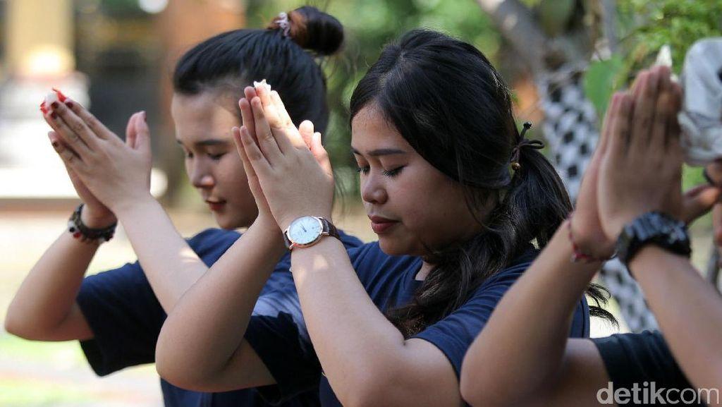 Umat Hindu Rayakan Nyepi dengan Berdoa di Pura Aditya Jaya