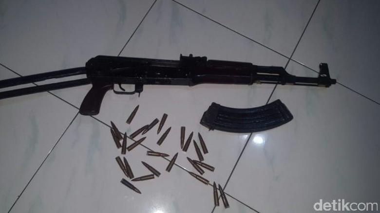 Warga Aceh Serahkan Pucuk Sisa - Banda Aceh Sepucuk senjata laras panjang jenis beserta butir amunisi diserahkan ke polisi oleh dua warga Senjata tersebut