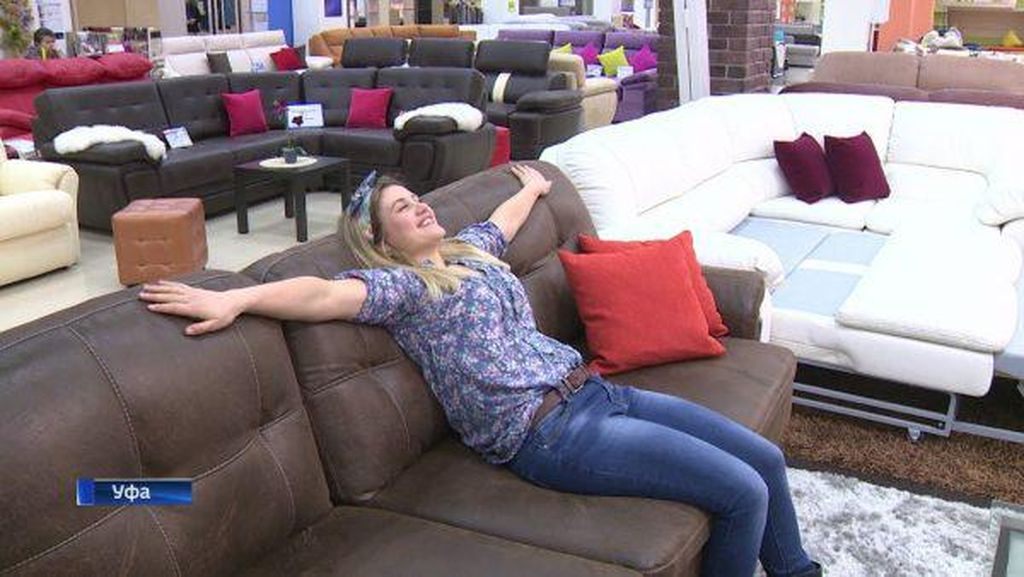 Enaknya, Wanita Ini Digaji Rp 13 Juta Sebulan untuk Coba-coba Sofa