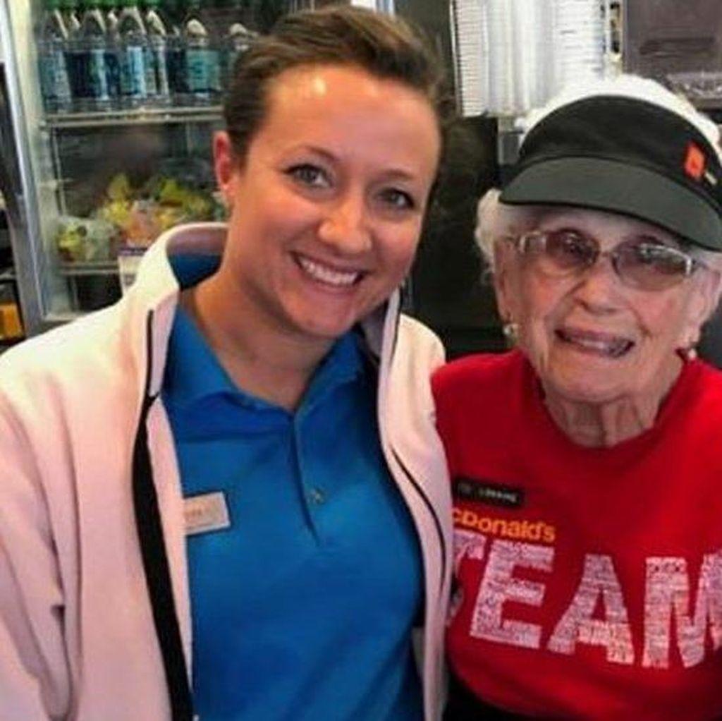 Perempuan 94 Tahun ini Tetap Bekerja Sebagai Pelayan Restoran