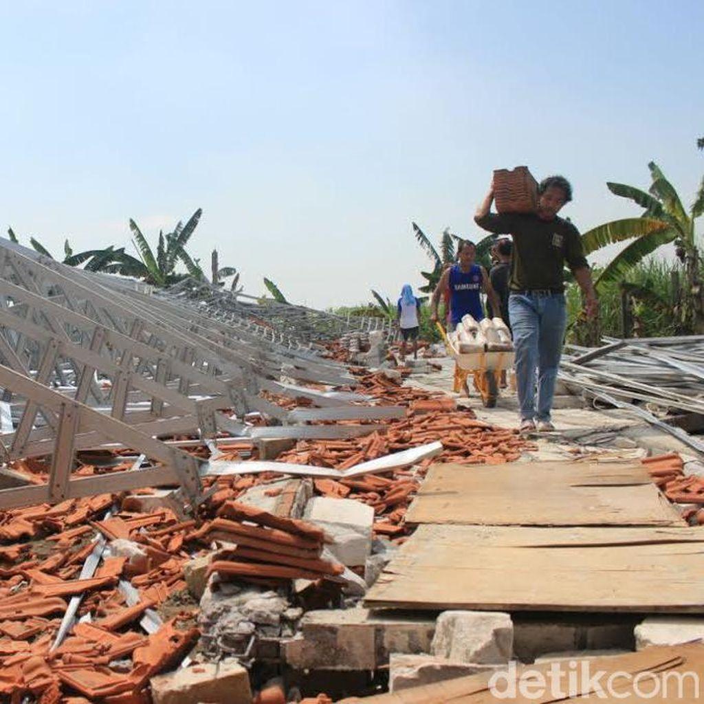 Puting Beliung Rusak Dua Pabrik dan 42 Rumah di Mojokerto