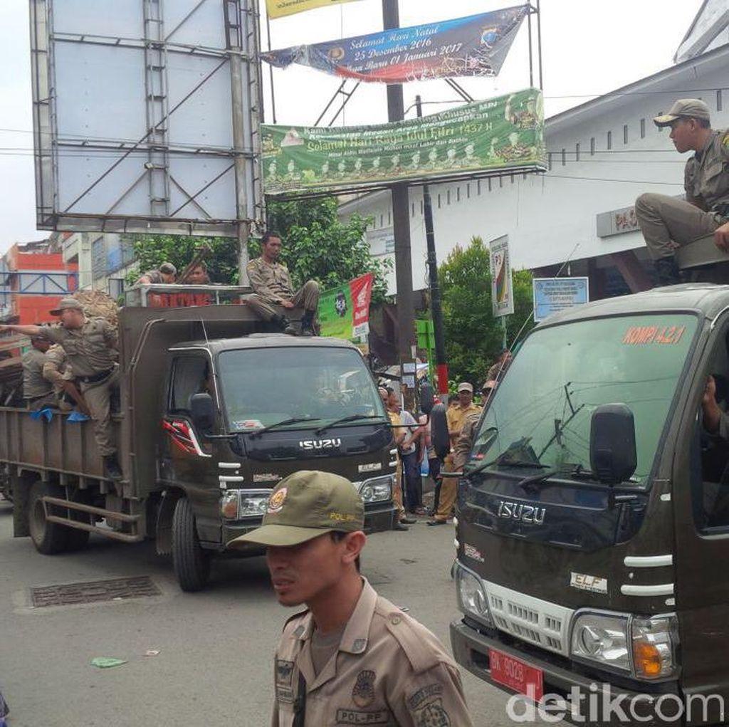 Satpol PP Tertibkan PKL yang Jualan di Jalanan Kota Medan