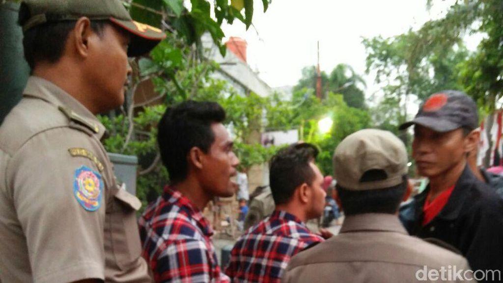 Panwascam Tanjung Priok Dimaki Warga Saat Copot Spanduk