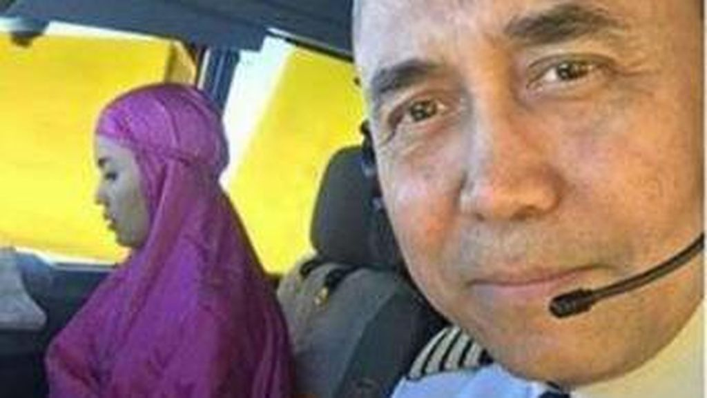 Viral di Medsos, Foto Kopilot Cantik Garuda Salat di Kokpit Pesawat