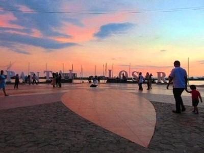 Menanti Sunset & Makan Pisang Epe di Pantai Losari Makassar