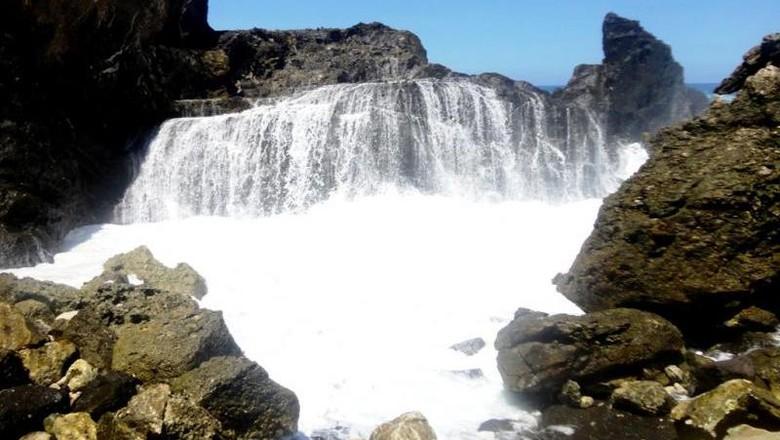 Air terjun laut yang unik di Lombok (duta here/dTraveler)