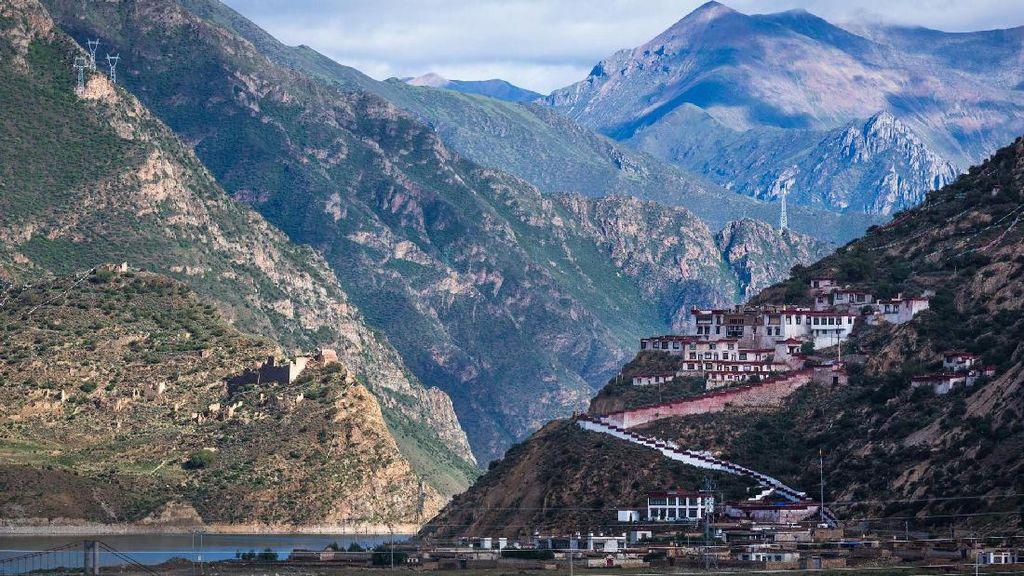 Kuil Drigung di Tibet Punya Ritual Pemakaman Langit yang Mengerikan