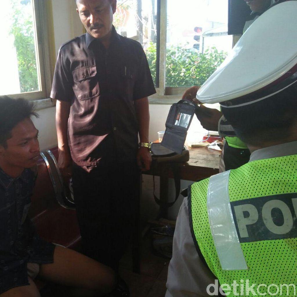 Pria Naik Motor Berkemeja dan Bercelana Dalam Dihentikan Polisi