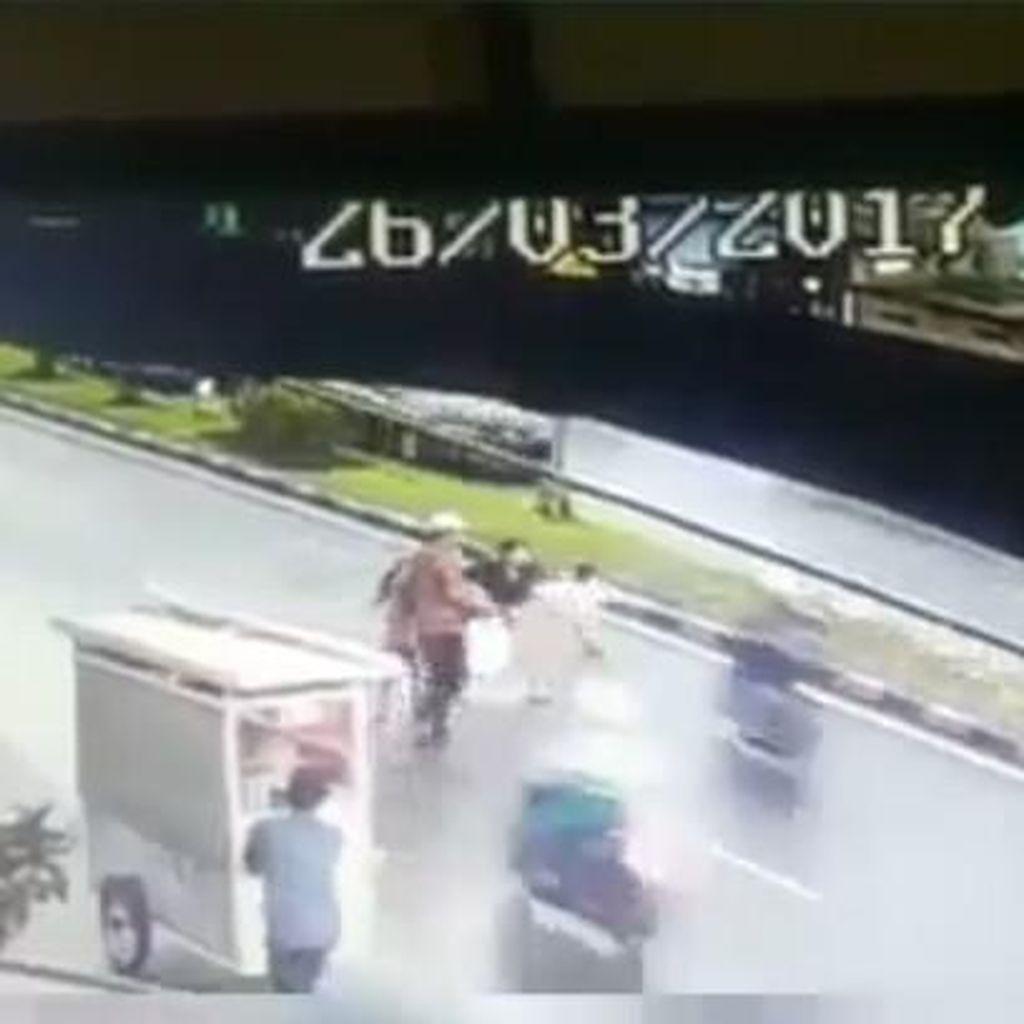 Viral di Medsos, Video <i>Biker</i> Tabrak Lari Bocah di Bandung